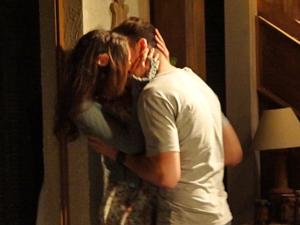 Amália e Rafa estão cada vez mais apaixonados (Foto: Fina Estampa/TV Globo)