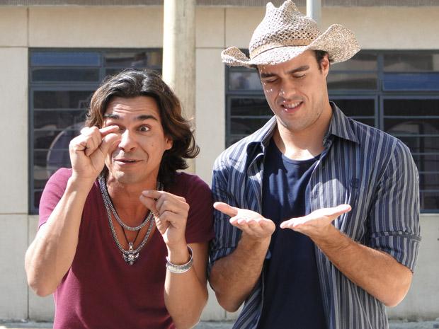 Áureo diz que já se acostumou com o quartinho de Josué (Foto: Morde&Assopra/TVGlobo)