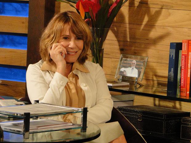 Danielle liga para Esther e a convida para jantar (Foto: Fina Estampa/TV Globo)