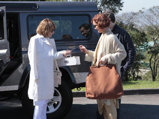 Danielle entrega seu cartão para Esther (Foto: Fina Estampa/ TV Globo)