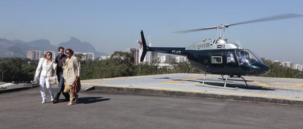 Esther e Paulo viajam para Itaipava na companhia de Danielle Fraser (Foto: Fina Estampa/ TV Globo)