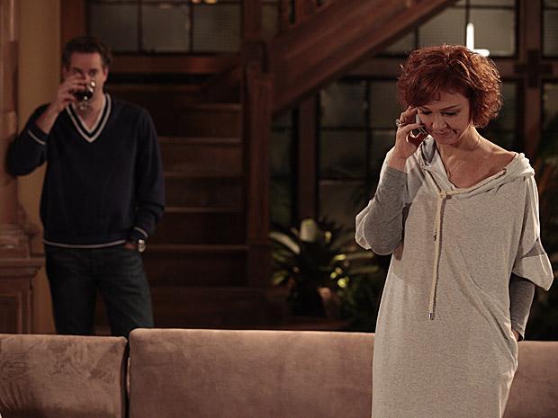 Esther quer aceitar convite, mas Paulo a desanima (Foto: Fina Estampa/TV Globo)