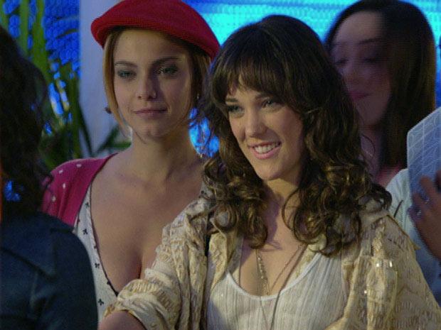 Patrícia decide agradar Solange e dá a ela o convite de Antenor (Foto: Fina Estampa/ TV Globo)
