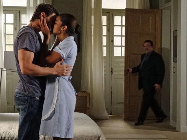 Oséas flagra beijo entre Tiago e Lidia (Foto: Morde & Assopra/TV Globo)