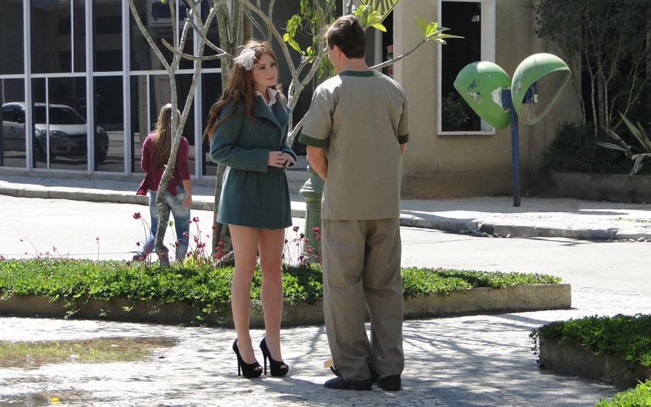 Aqui ela une elegância e classe ao adotar um sobretudo verde como vestido