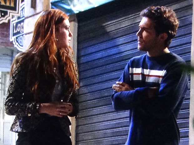 Alice ficou incomodada ao ver Guilherme beijando Tânia (Foto: Morde & Assopra/TV Globo)