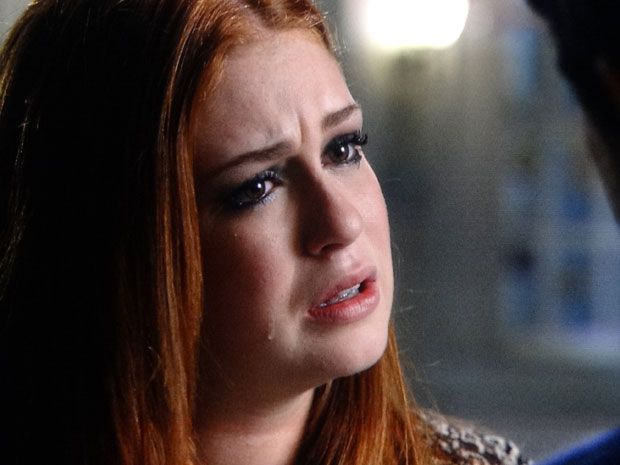 Alice não consegue conter as lágrimas (Foto: Morde & Assopra/TV Globo)