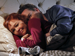 Esther fica pensativa após conversar com o marido (Foto: Fina Estampa/ TV Globo)