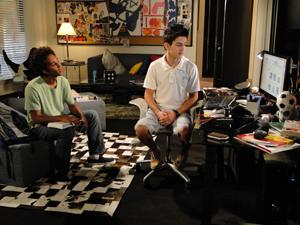 René Jr. e Leonardo navegam em site de encontros (Foto: Fina Estampa/TV Globo)