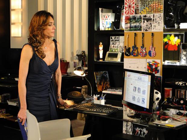 Tereza Cristina mexe no computador de René Jr. (Foto: Fina Estampa/TV Globo)