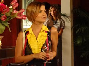 Vanessa aguarda para conversar com René (Foto: Fina Estampa/TV Globo)