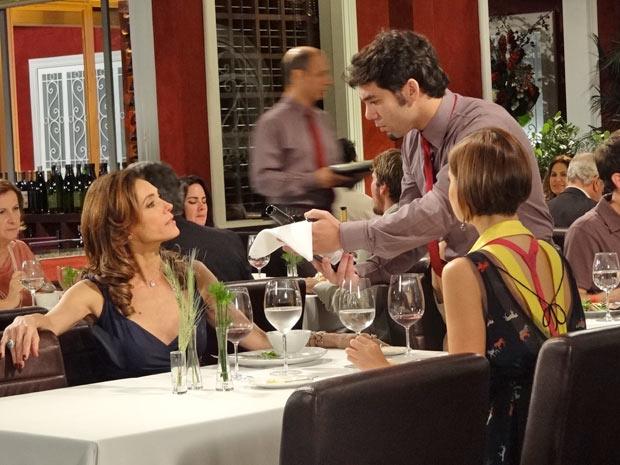 Tereza Cristina demite garçom na frente de Vanessa (Foto: Fina Estampa/TV Globo)