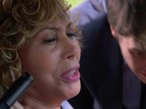 Bandido ordena que Vilma pare o carro (Foto: Fina Estampa/TV Globo)