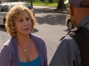 Vilma pede ajuda a um policial (Foto: Fina Estampa/TV Globo)