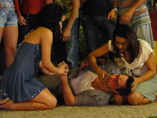 Celeste e Solange socorrem Baltazar depois da confusão (Foto: Fina Estampa/TV Globo)