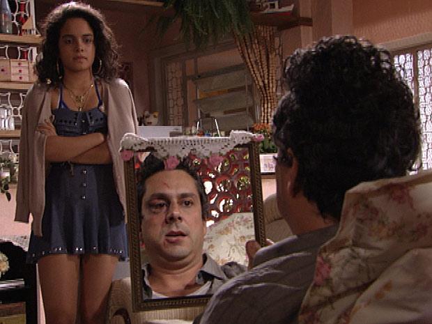 Baltazar culpa a filha pela surra que levou no baile funk (Foto: Fina Estampa/TV Globo)