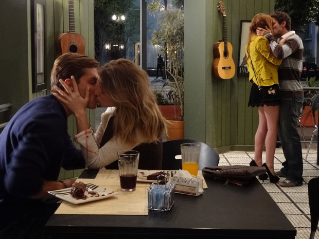 Alice beija Renato para dar o troco em Guilherme e Tânia (Foto: Morde & Assopra/TV Globo)