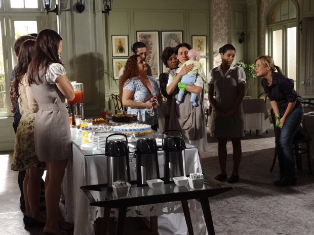 Dulce se emociona ao ganhar festa de despedida (Foto: Morde&Assopra/TVGlobo)