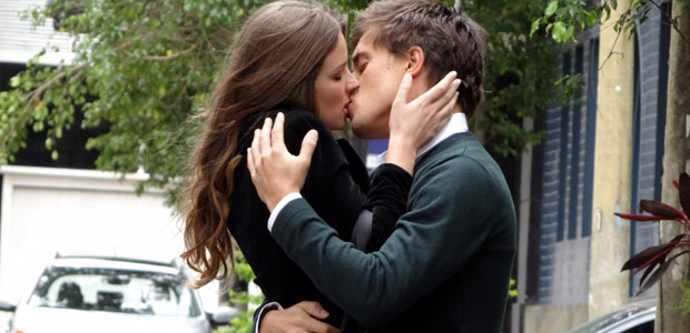 Raquel cai na real, desiste de Pedro e vai para os braços de Guilherme. (Malhação / TV Globo)