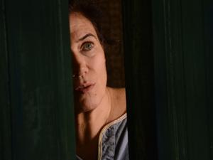 Griselda abre a porta para o chef (Foto: Fina Estampa/TV Globo)
