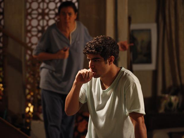 Antenor fica paralisado ao reconhecer a voz do sogro (Foto: Fina Estampa/TV Globo)