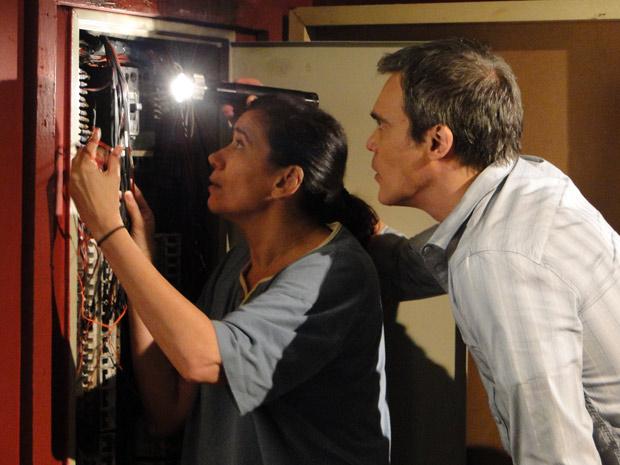 Griselda fica com calor, tira o macacão e fica de pijama no trabalho (Foto: Fina Estampa/TV Globo)