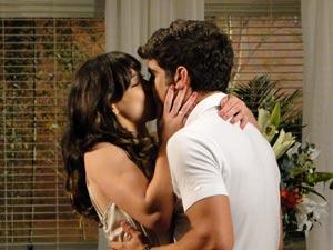 Patrícia e Antenor em clima de romance (Foto: Fina Estampa/TV Globo)