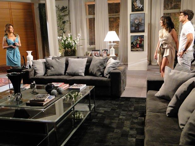 Tereza Cristina deixa Antenor preocupado com ideia de buscar Gisela (Foto: Fina Estampa/TV Globo)