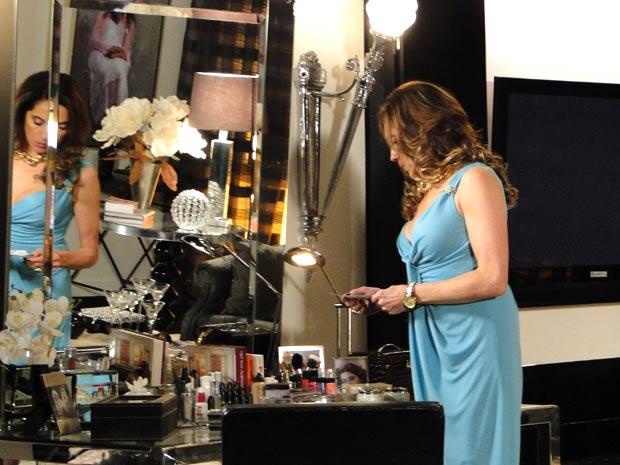 Tereza Cristina vê fotos antigas de tia Íris (Foto: Fina Estampa/TV Globo)