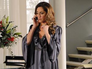 A perua tenta ligar para o marido, que não atende (Foto: Fina Estampa/TV Globo)