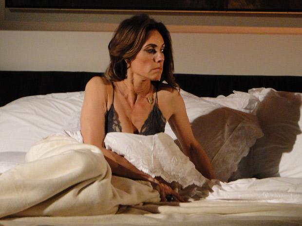 Tereza Cristina se dá conta de que René não dormiu em casa (Foto: Fina Estampa/TV Globo)