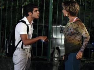 Antenor impede que Mirna saia (Foto: Fina Estampa/ TV Globo)