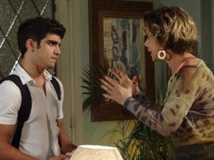 Mirna promete se comportar (Foto: Fina Estampa/ TV Globo)