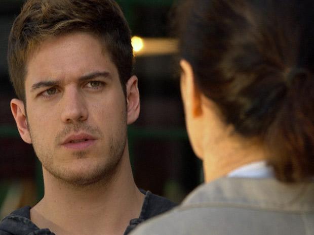 Griselda faz o convite e nem dá tempo para Rafael responder (Foto: Fina Estampa/ TV Globo)