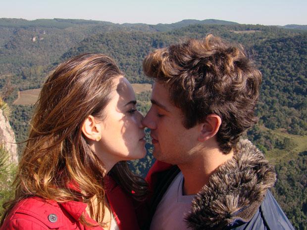 Ana e Rodrigo declaram o amor que sentem um pelo outro no primeiro capítulo de A Vida da Gente (Foto: A Vida da Gente / TV Globo)