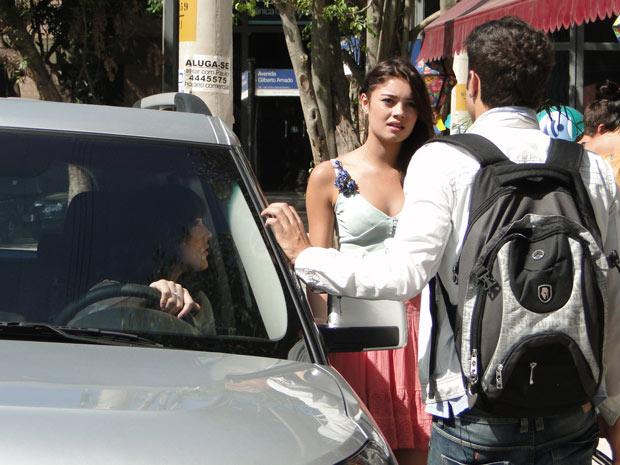 Amália não consegue entender a atitude do irmão (Foto: Fina Estampa/TV Globo)