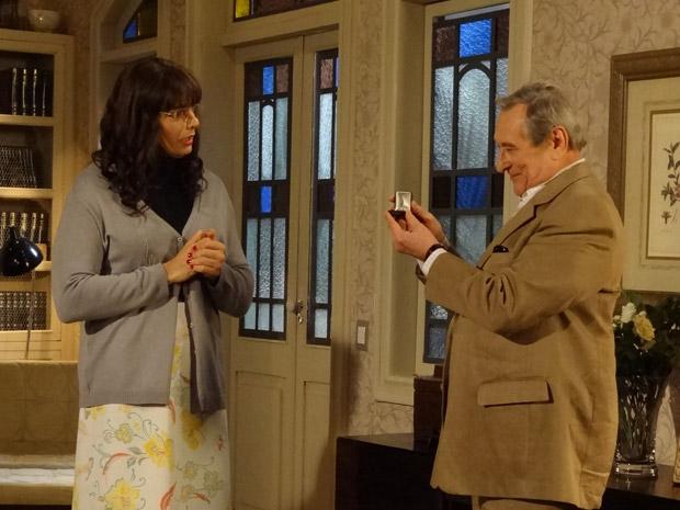 Eliseu pede Elaine em casamento (Foto: Morde&Assopra/TVGlobo)