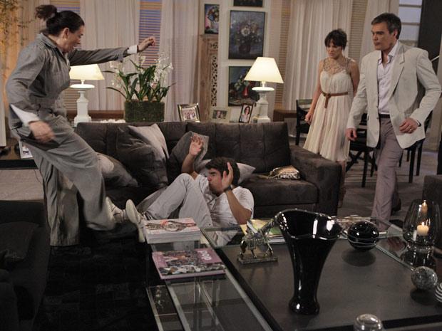 Griselda não facilita com o filho (Foto: Fina Estampa/TV Globo)