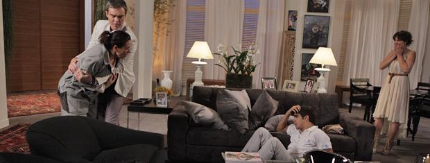 Todos ficam pasmos com a revelação. René tenta conter Griselda (Foto: Fina Estampa/TV Globo)