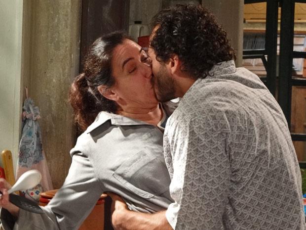 Guaracy não se conforma com as desculpas de Griselda e a surpreende com um beijo (Foto: Fina Estampa/TV Globo)