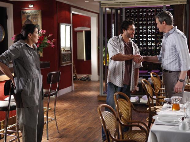 René convida o português para se sentar à mesa (Foto: Fina Estampa/TV Globo)