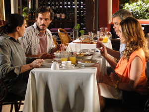 Griselda aprova o cardápio do Le Velmont (Foto: Fina Estampa/TV Globo)