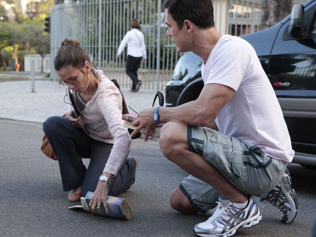 Dono da Fashion Moto tenta ajudar a professora (Foto: Fina Estampa/TV Globo)