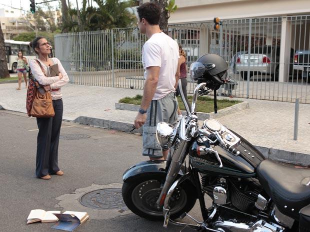 Letícia leva um enorme susto com a moto de Juan Guilherme (Foto: Fina Estampa/TV Globo)