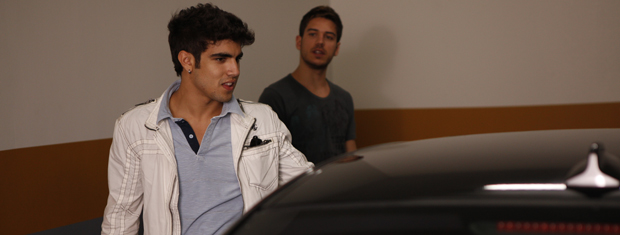 Antenor aprova o carro de Juan Guilherme (Foto: Fina Estampa/TV Globo)