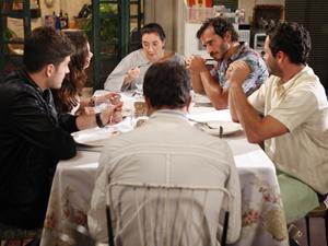 Rafael conta para a família de Amália suas reais intenções com a moça (Foto: Fina Estampa/TV Globo)