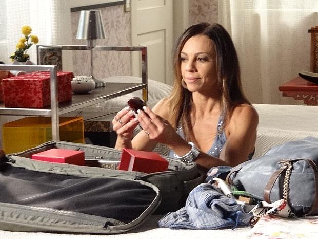 Amanda encontra o coração de rubi dentro da mala de Hoshi (Foto: Morde & Assopra/TV Globo)