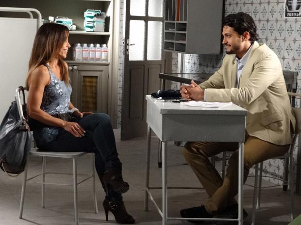 Se fazendo de boa amiga, Amanda enreda Tadeu em seu plano para acabar com romance de Ícaro (Foto: Morde&Assopra/TVGlobo)