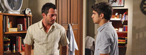 Antenor vai atrás do irmão após insultá-lo no jantar (Foto: Fina Estampa/TV Globo)