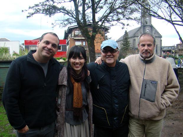 A atriz Marjorie Estiano posa ao lado dos diretores Fabrício Mamberti, Luciano Sabino e Jayme Monjardim (Foto: A Vida da Gente / TV Globo)